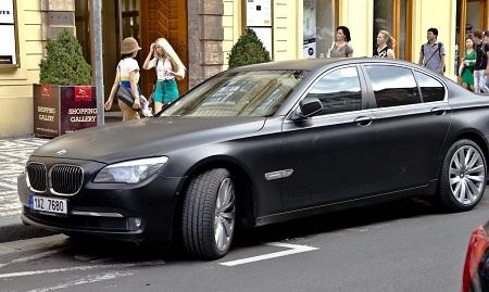 Автомобиль представительского класса в черном цвете