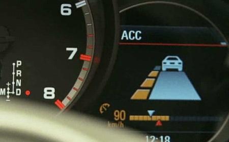 Включенная система АСС в автомобиле