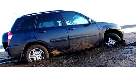 Застрявшая в грязи машина