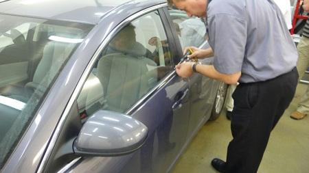 Открытие автомобиля профессионалом