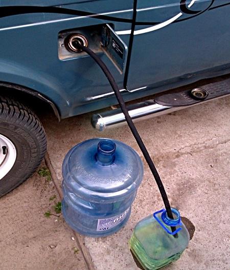 Слив бензина через шланг