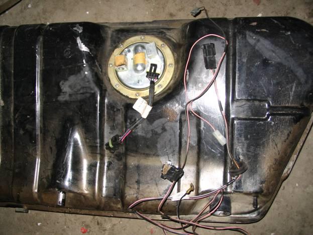 Снятый для последующего ремонта бензобак