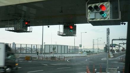 Современный светофор на перекрёстке
