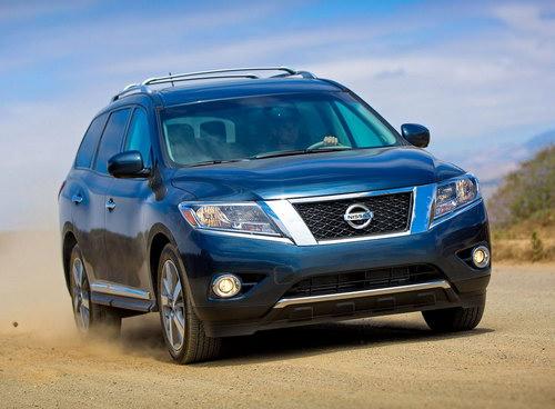 Nissan Pathfinder на дороге