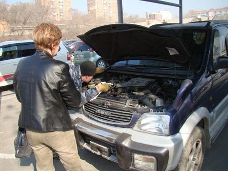 Осмотр двигателя автомобиля