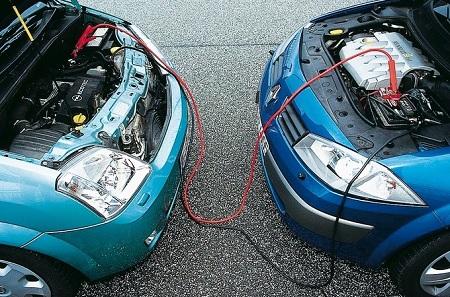 Подсоединение аккумулятора другого автомобиля к разряженному