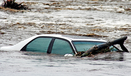 Тонущий в реке автомобиль
