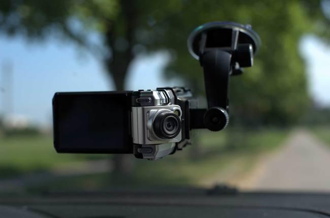 Видеорегистраторы с двумя камерами снимают сразу салон и то, что перед автомобилем