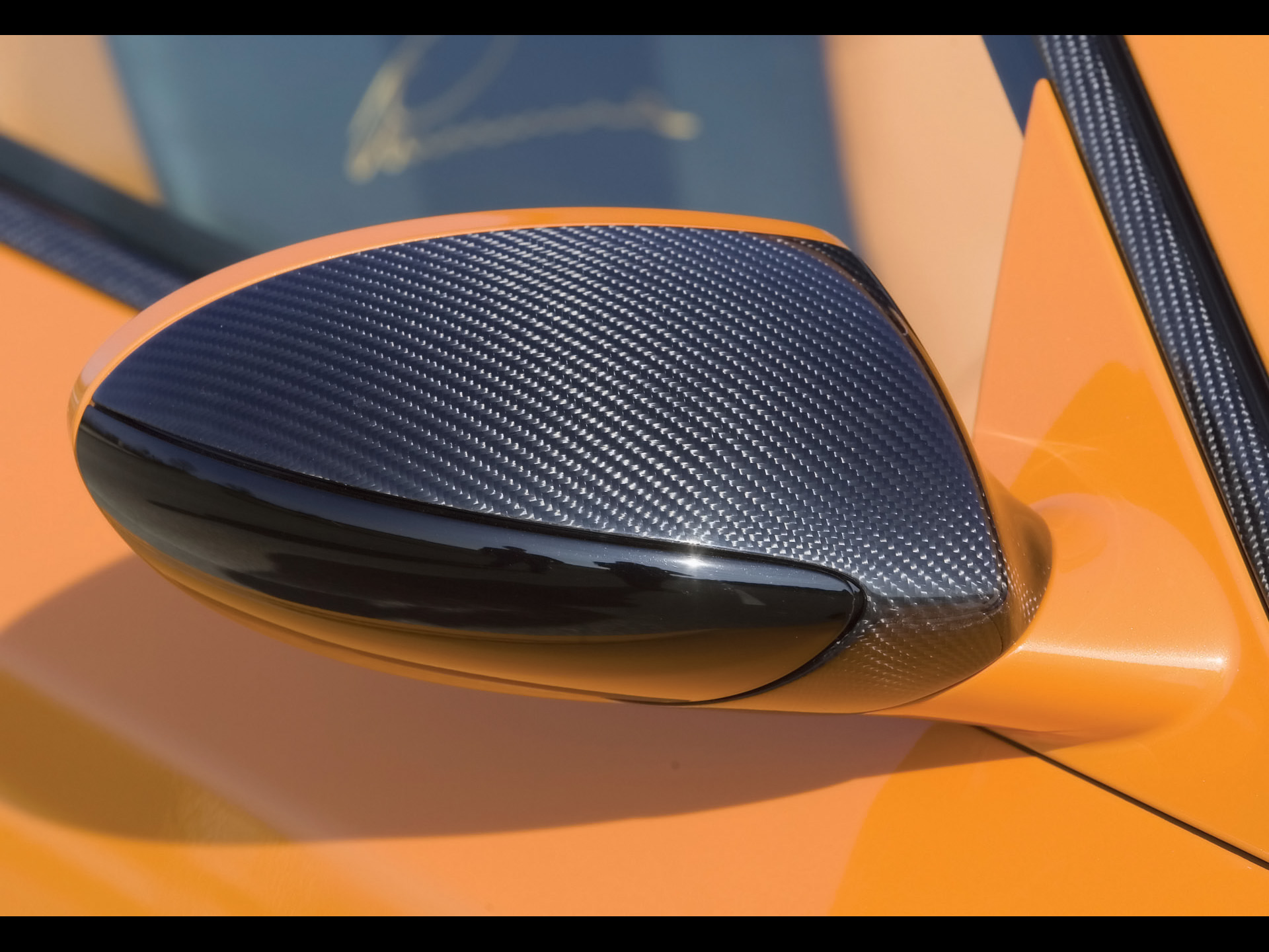 Карбоновая плёнка на автомобильном зеркале