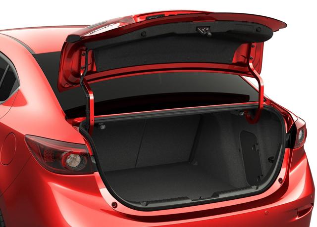 Вместительный багажник автомобиля mazda 3