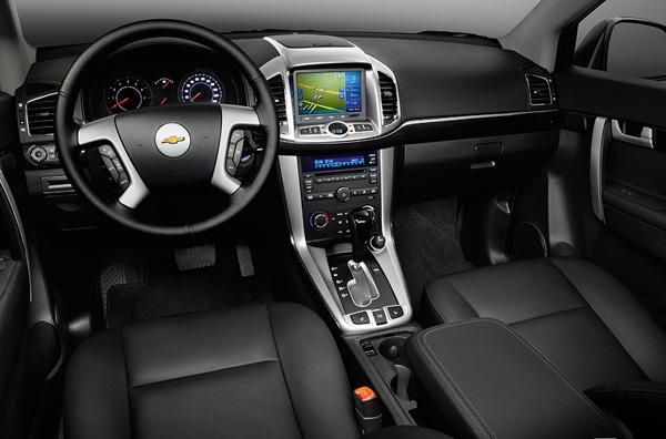 Место водителя и приборная панель в автомобиле Chevrolet Captiva