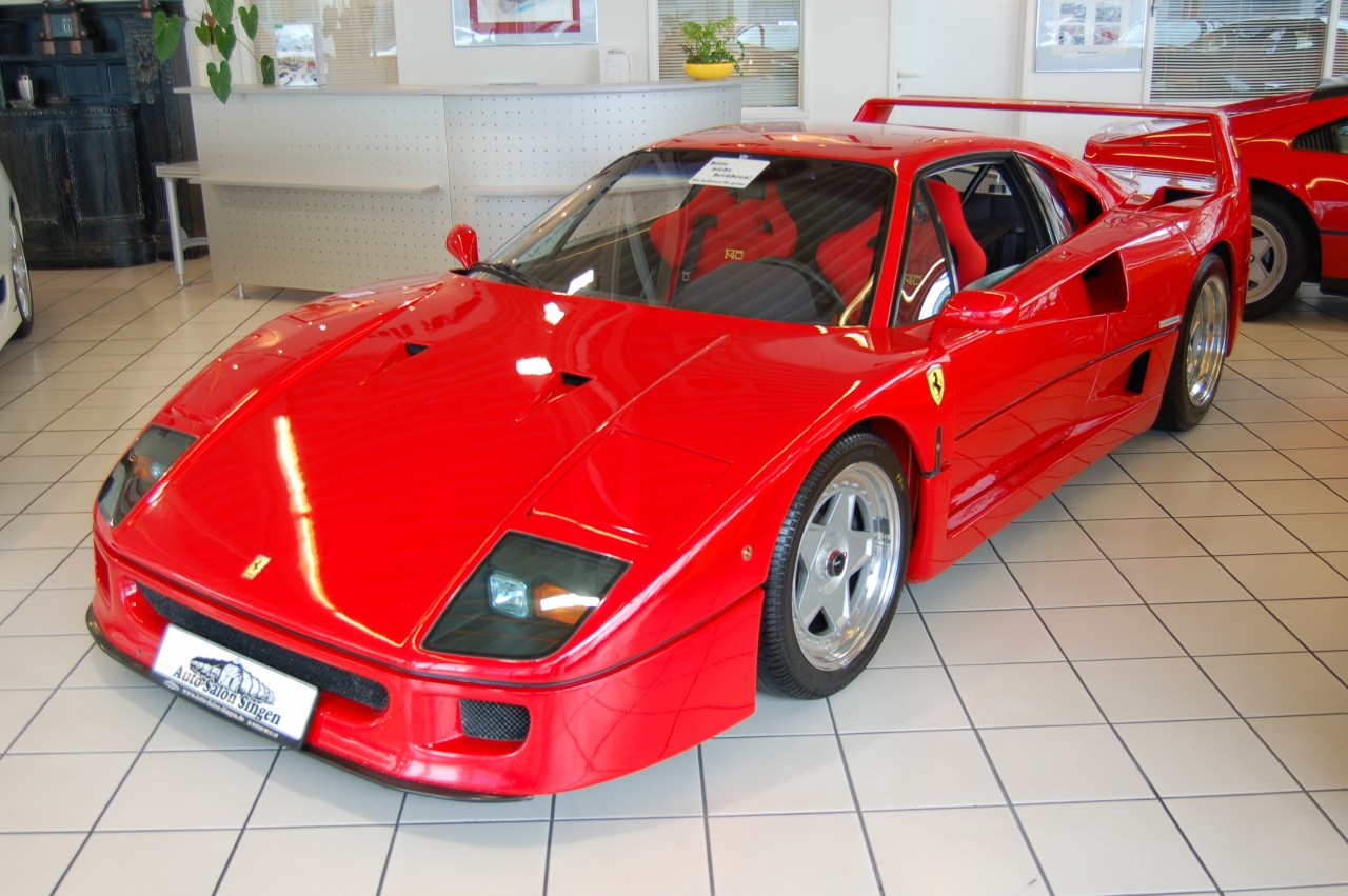 На фото автомобиль Ferrari F40