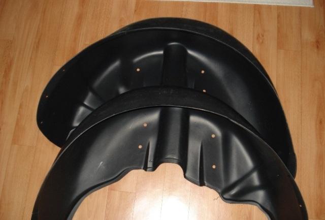 Пластиковая защита повторяет форму колёсных ниш