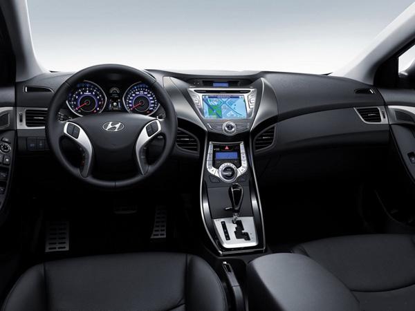 Место водителя и приборная панель в автомобиле Hyundai Elantra