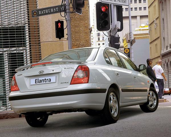 Hyundai Elantra — вид сзади