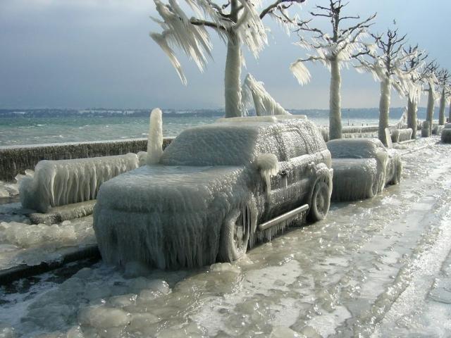 Замёрзший и покрытый льдом автомобиль