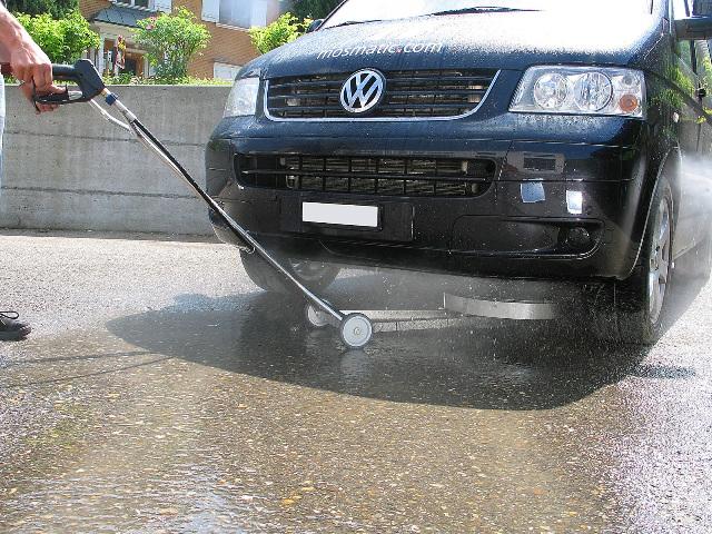 Специальный гидравлический мойщик используется для очистки днища автомобилей