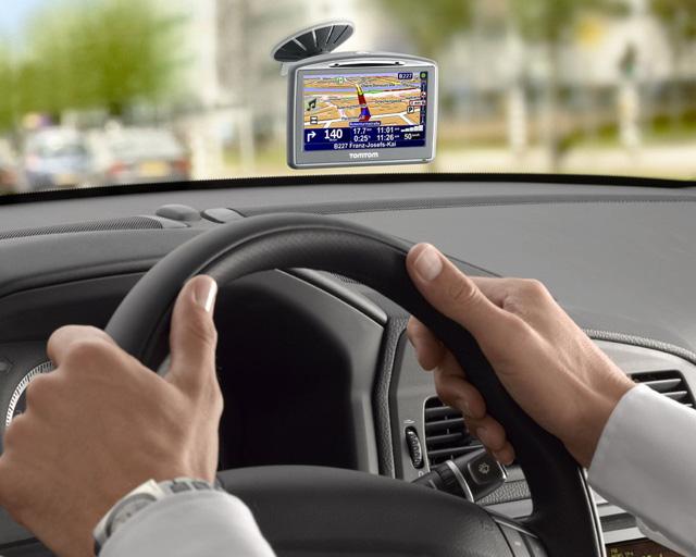 Навигатор расположен на лобовом стекле автомобиля