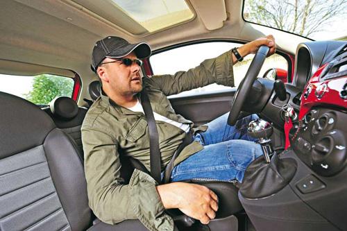 На фото показано, как не нужно сидеть за рулём