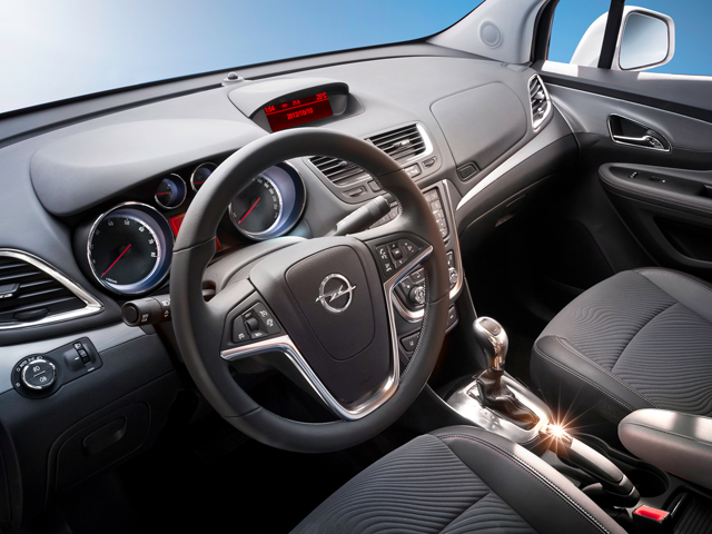 Место водителя в кроссовере Opel Mokka