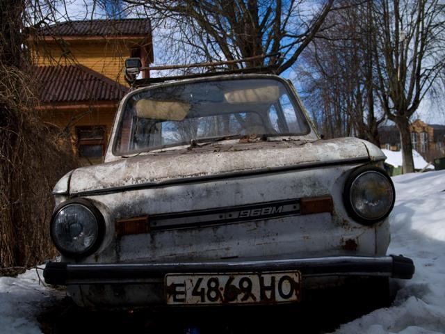 Ржавчина полностью покрыла старый автомобиль