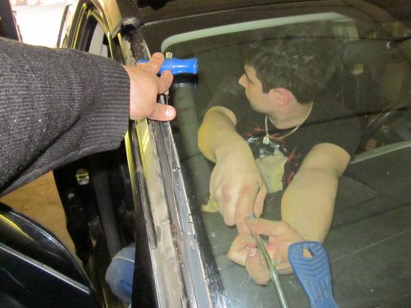 Срезка лобового стекла происходит с напарником