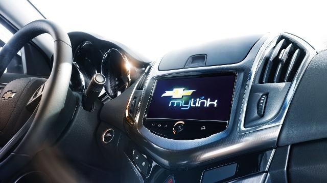 Система Chevrolet MyLink позволяет подключать телефон и смотреть видео