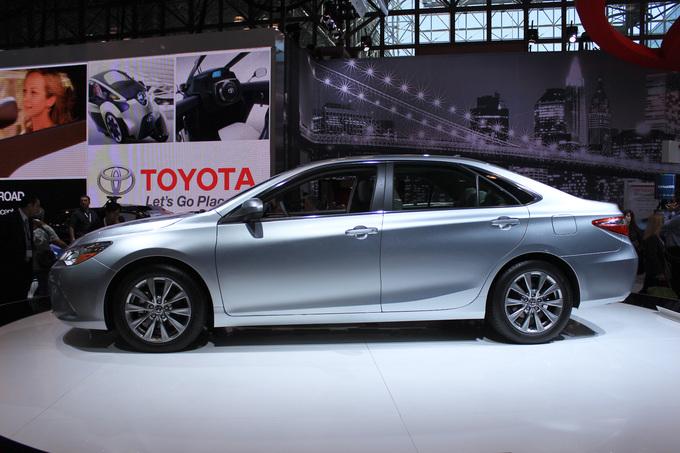 Toyota Camry: вид сбоку