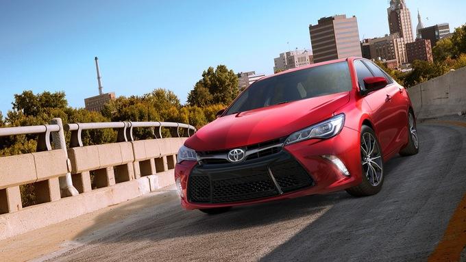 Toyota Camry на дороге