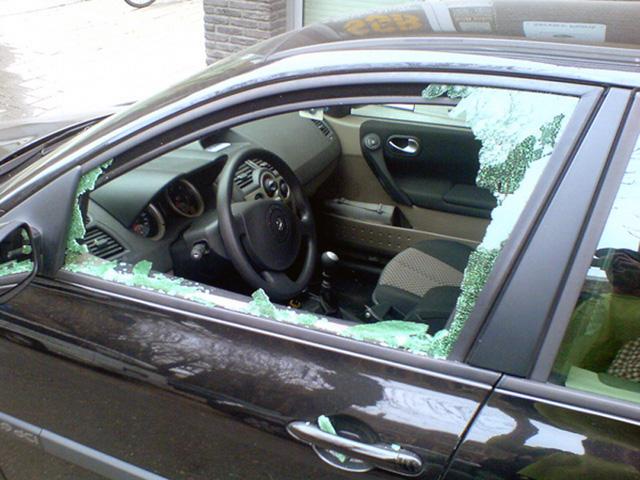 Воры выбивают стекло автомобиля для проникновения в салон
