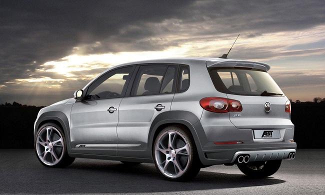 Автомобиль Volkswagen Tiguan — вид сзади