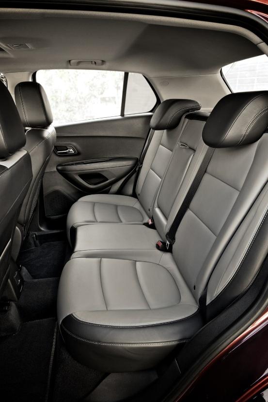 Раскладывающиеся задние сиденья позволяют увеличить багажник