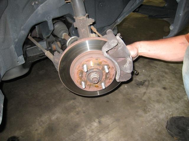 Процесс замены изношенных и установка новых тормозных колодок