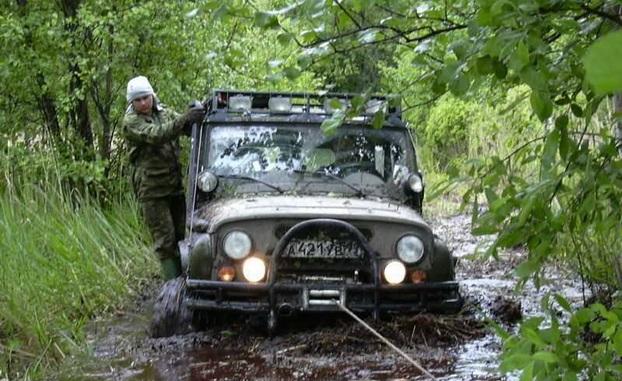 Вытаскивание машины, застрявшей в грязи