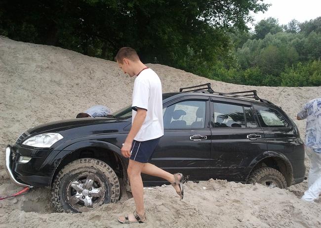Вытаскивание машины, застрявшей в песке