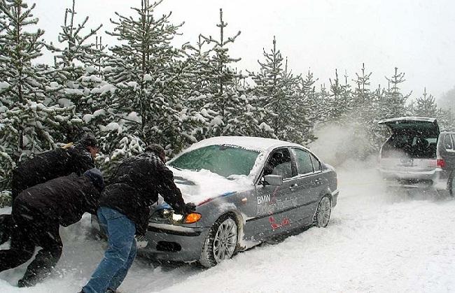 Вытаскивание машины, застрявшей в снегу