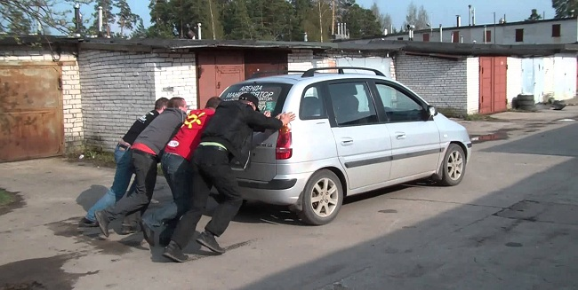 Заведение машины с толкача