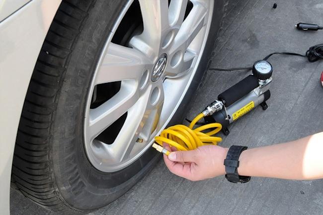 Подкачка колеса автомобильным насосом