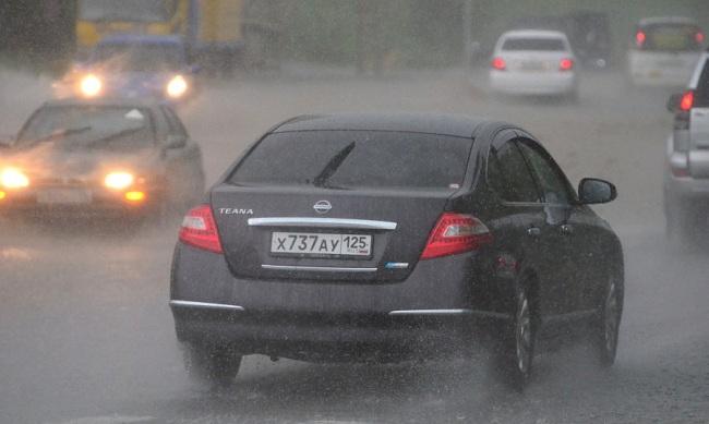 Условия плохой видимости на дороге из-за ливня
