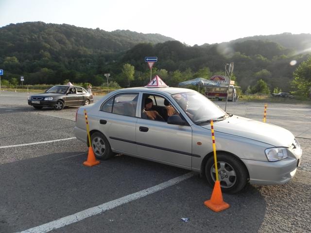 Вождение машины на автодроме автошколы