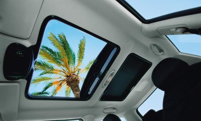 Открытый люк в автомобиле создаёт дополнительную вентиляцию воздуха