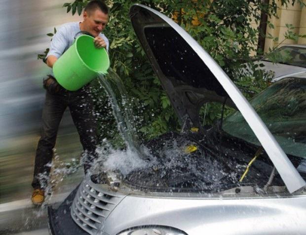 Одно из неправильных действий при перегреве — двигатель не нужно поливать водой