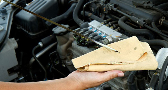 Проверка уровня масла в автомобиле