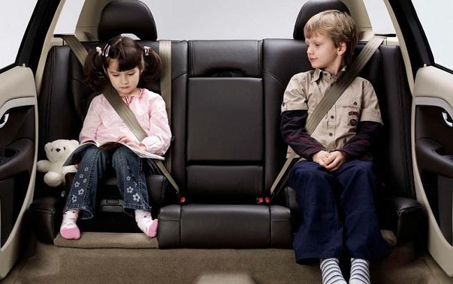 Пристёгиваться следует даже на заднем сидении машины