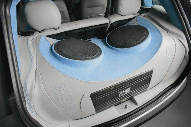 Один из примеров установки «саба» в багажнике