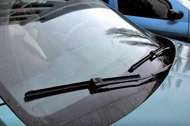 Щетки стеклоочистителя на лобовом стекле автомобиля