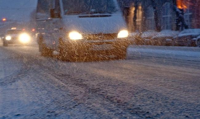 Условия плохой видимости на дороге из-за снегопада