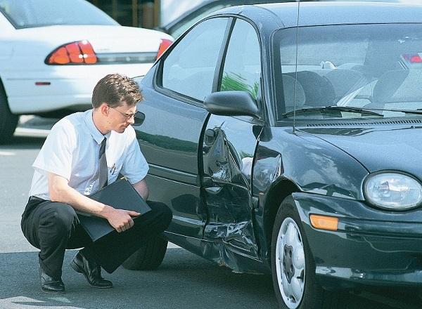 Осмотр автомобиля представителем страховой компании
