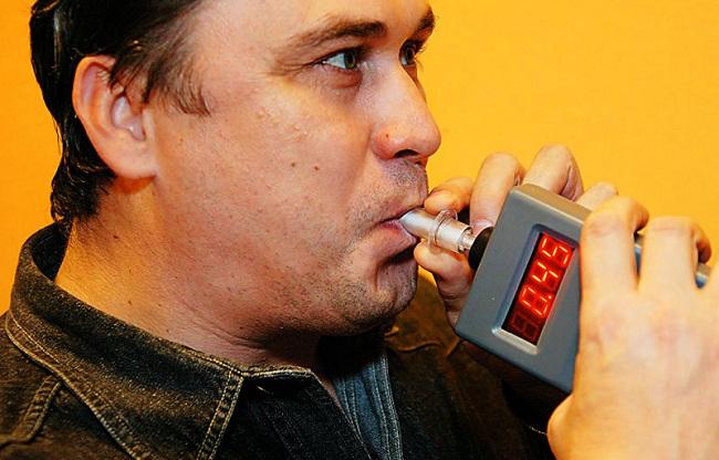 Проверка на алкоголь при помощи алкотестера