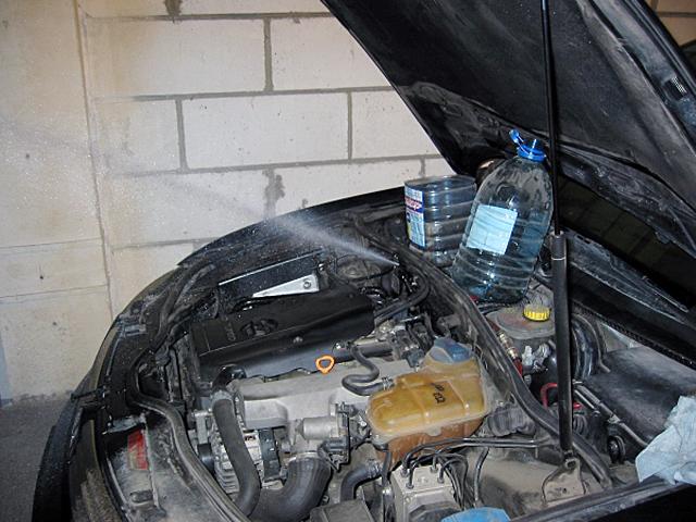 Лопнувший топливопровод может стать причиной запаха топлива в салоне авто